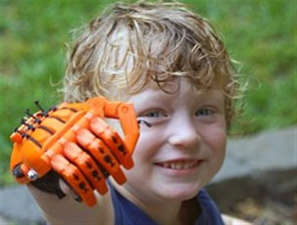 Fonte: https://www.3ders.org/articles/20161215-incredible-four-year-old-makes-nine-3d-printed-prosthetic-hands-for-himself-and-others.html